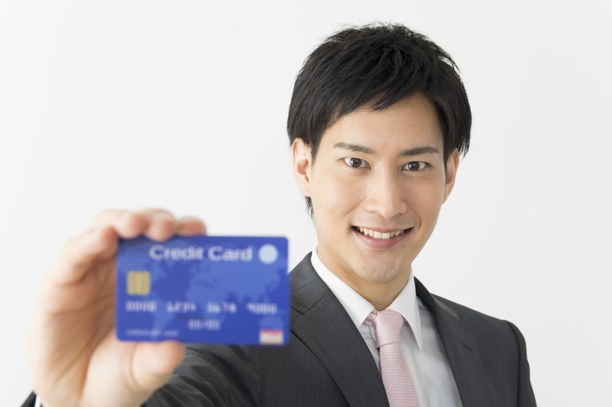 クレジットカードを持っている男性