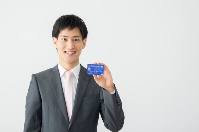 クレジットカードを持つ男性2