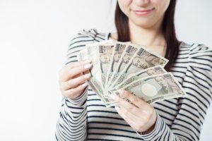 お金を借りる学生